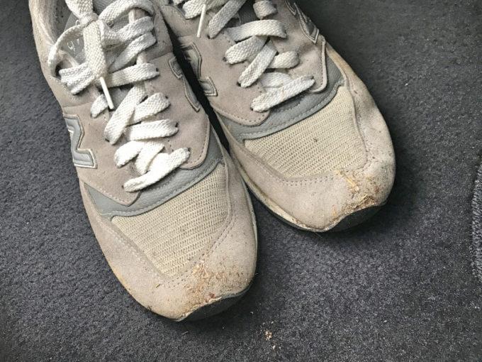 汚れたニューバランスのスニーカーを洗濯する前