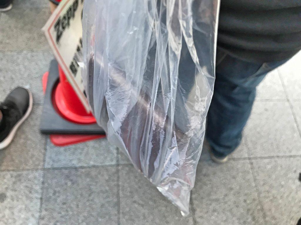 手荷物はビニール袋に入れる。こんなカンジ。