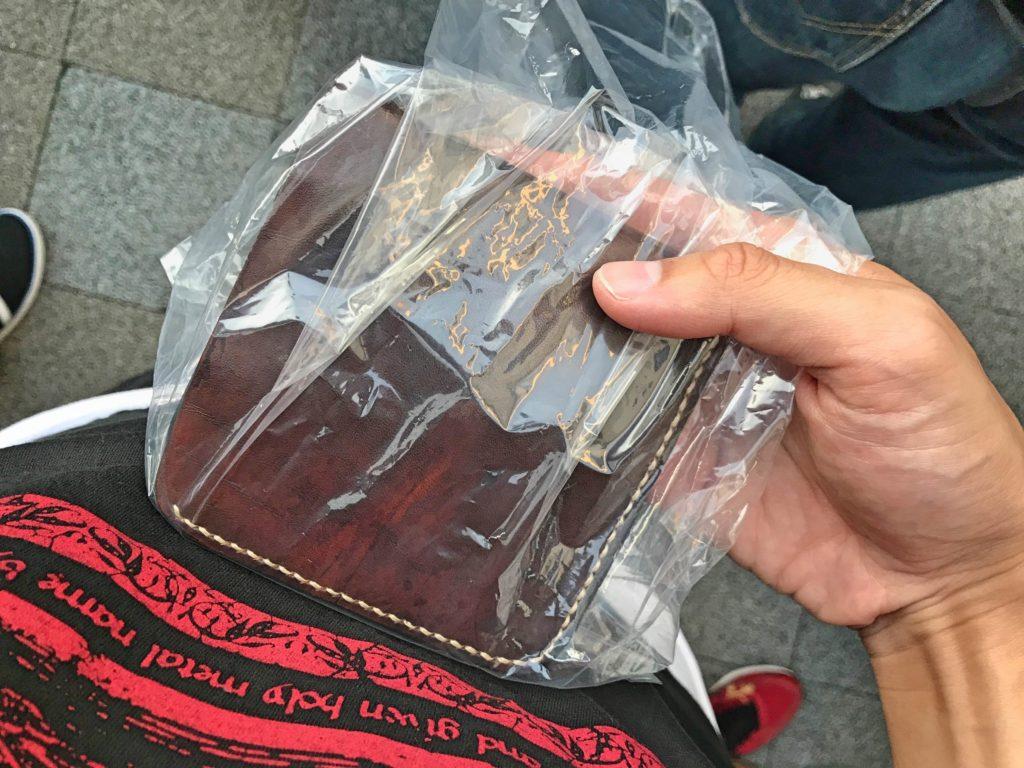 手荷物はビニール袋に入れる。普通のビニール袋