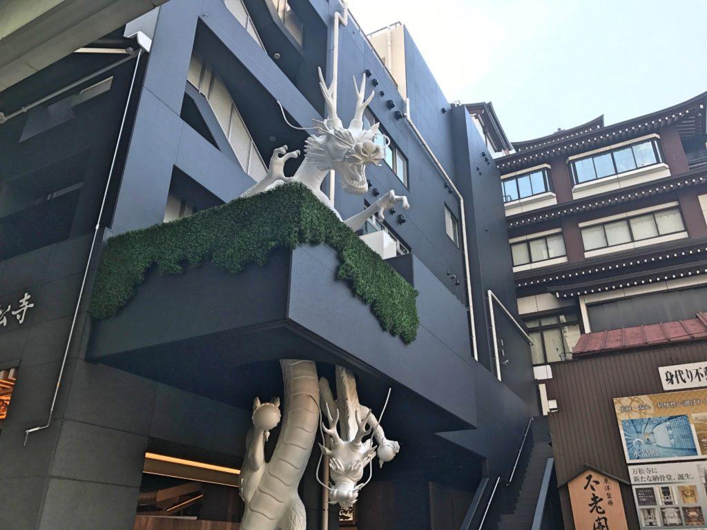 万松寺 納骨堂 工事完了して龍が昇っていました。
