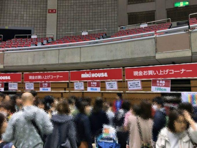 B級品売り場の混雑。公式には現金お買い上げコーナーと呼ぶ。