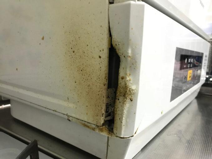 ガスコンロの熱で食洗機の一部が溶ける