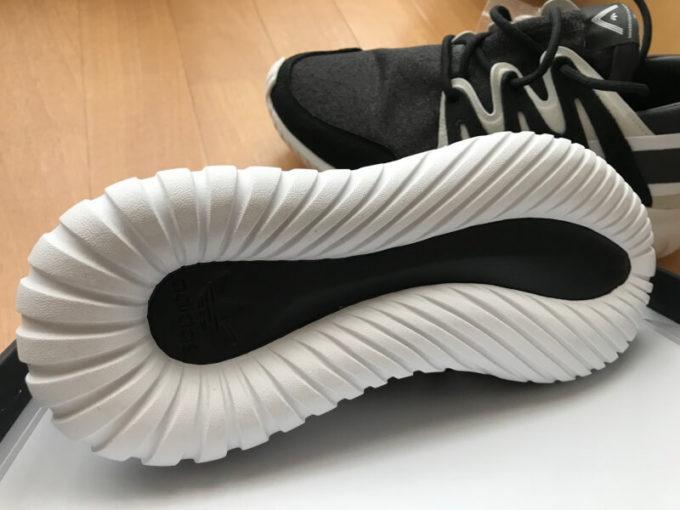 adidasとwhite mountaineeringがコラボしたスニーカーであるtubularというモデル