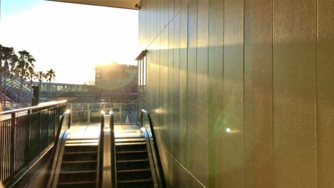 ジャズドリーム長島アウトレットの元旦初売り福袋 ニューバランスの店舗前で太陽の光を浴びる