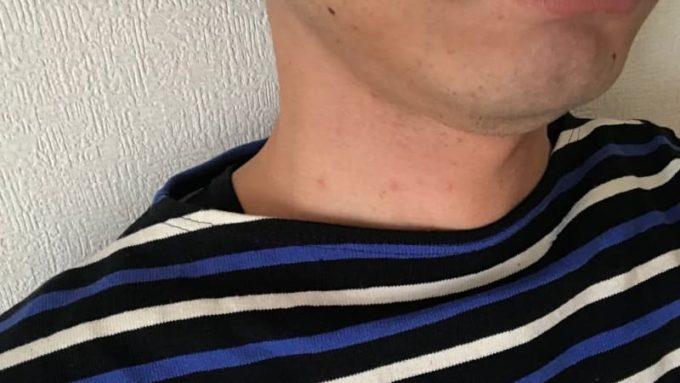 バスクシャツの首元からインナーが見える