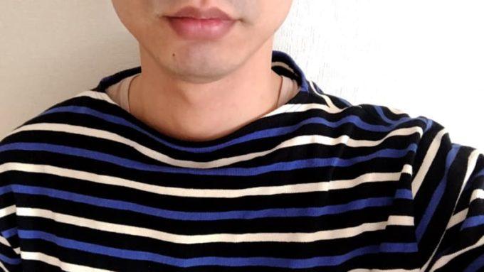 バスクシャツの首周りから見えるインナー