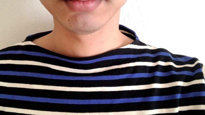 バスクシャツの首周りから見えないインナー