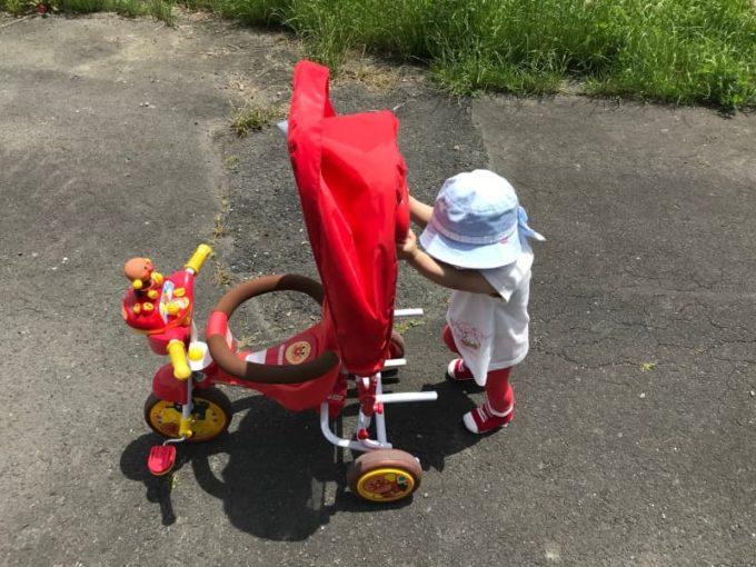アンパンマンの三輪車を押す子ども