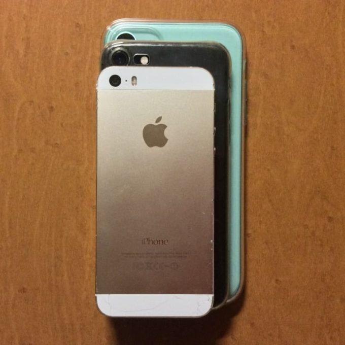 iPhone 5Sと7と11を重ねた写真 iPhone11は重くてでかい