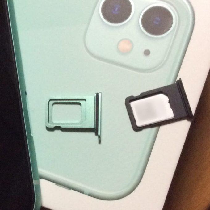iPhone 7と11でSIMカードの挿入向きが違う