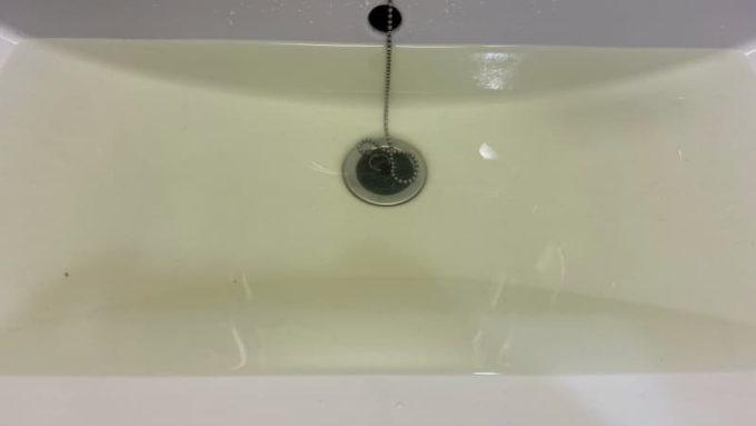 ジーンズのつけ置き洗いをしたら水が茶色く変色した様子