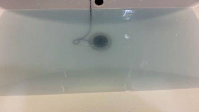 ジーンズをすすぎ洗いすると水が青くなる