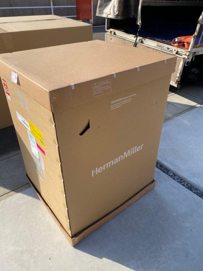 アーロンチェアの梱包 ハーマンミラーと書かれた大きなダンボール