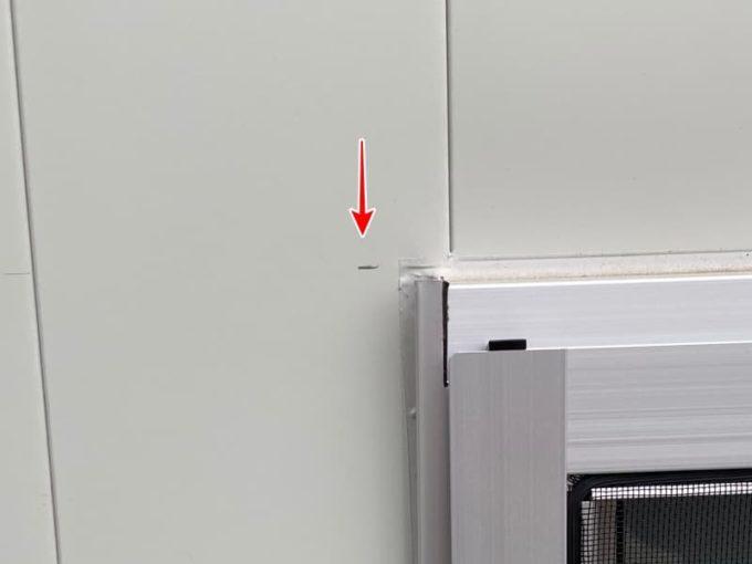 新築 施主検査のチェック箇所 ガルバリム外壁の汚れ(鉛筆の跡)