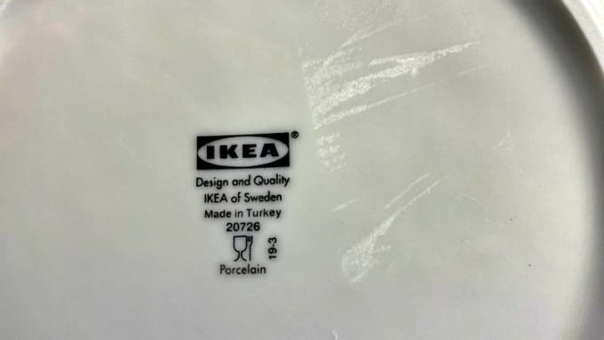 IKEAのお皿に付いたベタベタなシール跡