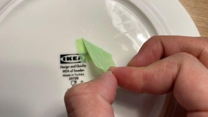 ベタベタなシール跡に貼った養生テープを剥がす