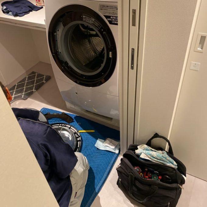 日立のビッグドラム洗濯機 ドア下がりの修理で部品を交換