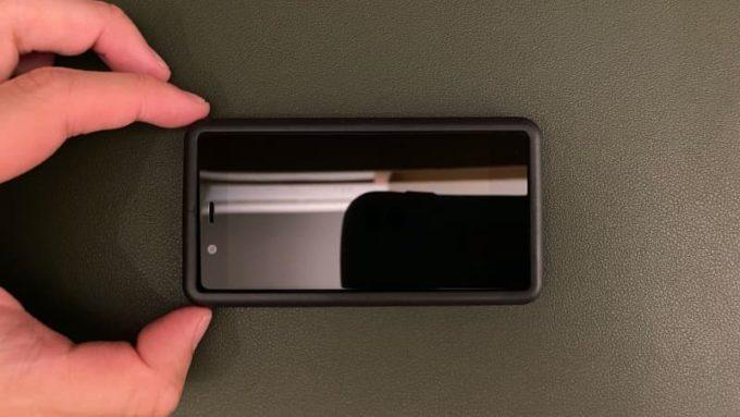 Rakuten Mini ガラスフィルムの貼り方 貼り付けツール(枠)を取り付けた様子