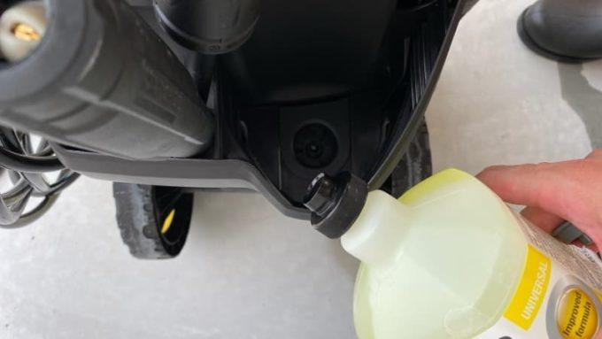 ケルヒャーの洗浄剤タンクホルダーに洗剤を逆さにして挿し込む