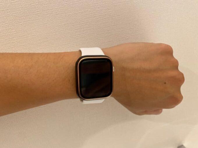 YOFITARのケースをつけたApple Watchを腕に装着